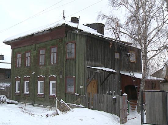 Бийской семье, пострадавшей от угарного газа, предложили жилье с тараканами и сломанными окнами