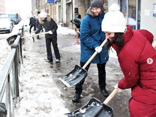 Петербуржцам предложили платить по 40 рублей за уборку тротуаров