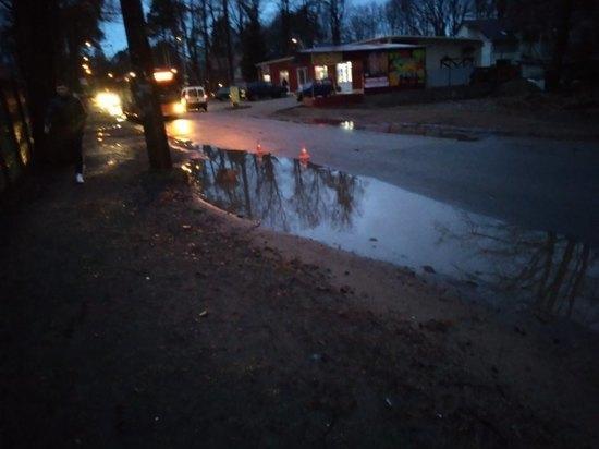 Очевидцы: В поселке Космодемьянского пять машин попали в яму и повредились