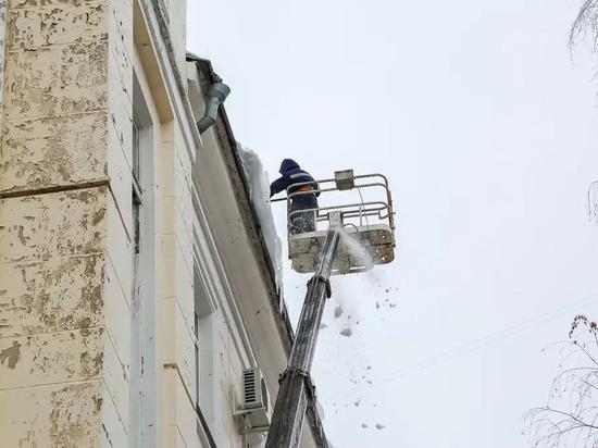 За выходные от снега и наледи в Воронеже очистили 272 крыши
