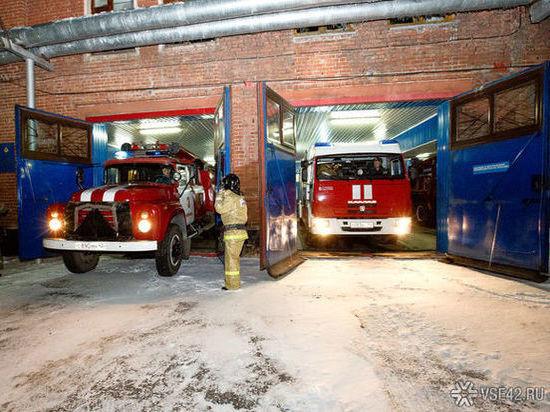 В Новокузнецке спасатели вывели из горящей многоэтажки пять человек