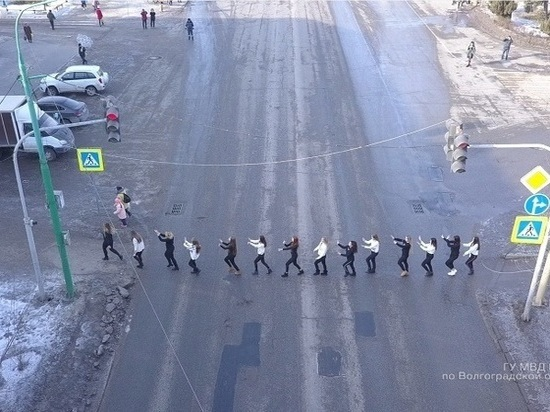 В Волжском активисты с подушками напомнили автомобилистам о пешеходах