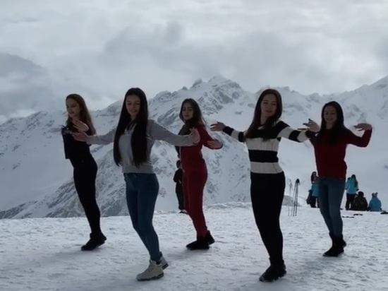 Кабардинские красавицы сплясали лезгинку в горах