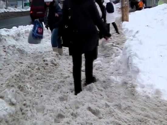 Уборщики завалили Архангельск гигантскими грязными сугробами