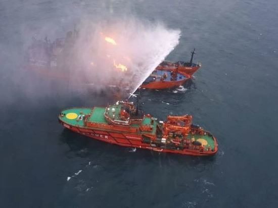 В Черном море продолжают гореть два танкера