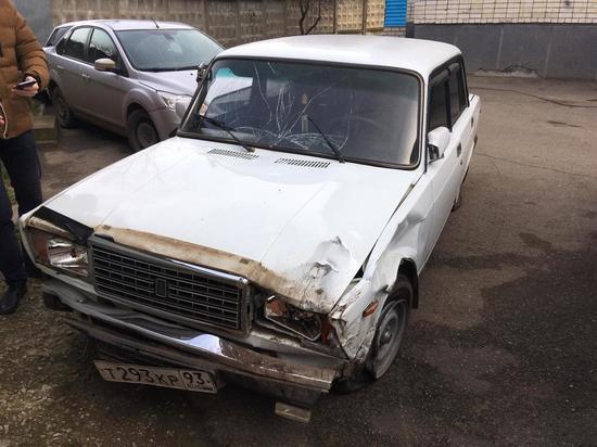 В Краснодаре водитель сбил пешехода и скрылся, бросив машину