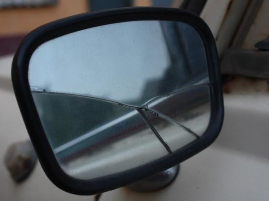 Недовольный попутчик разбил волгоградцу окно в машине и повредил дверь