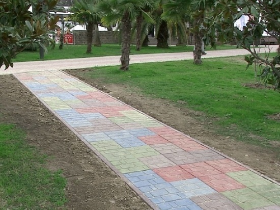 Тротуар в Сочи выложили плиткой из вторсырья