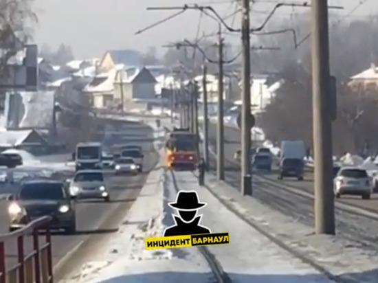 Барнаульский школьник устроил забег перед движущимся трамваем
