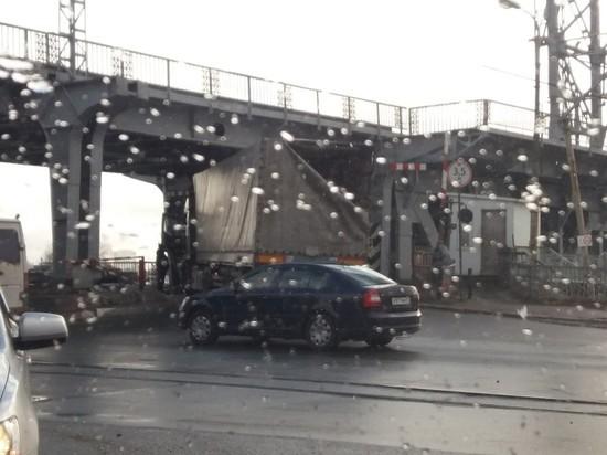 В Калининграде на двухъярусном мосту застряла фура