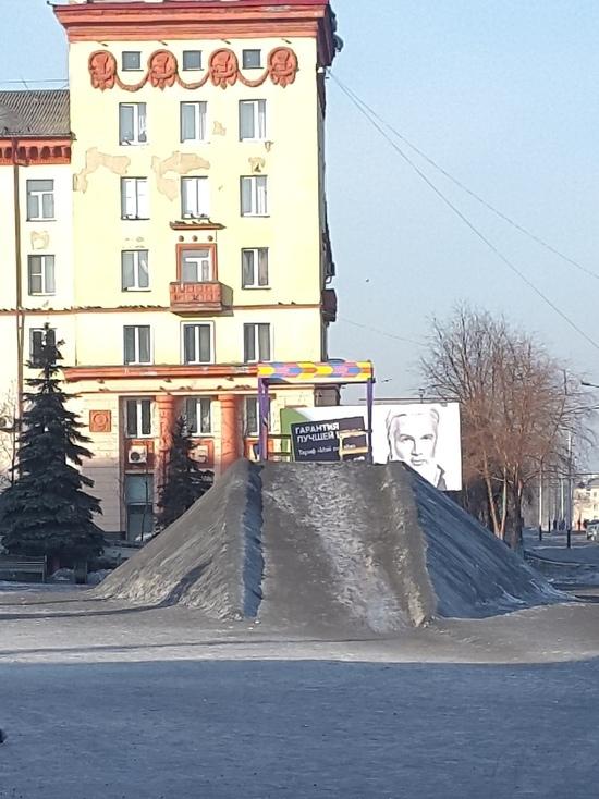 Жители Прокопьевска недоумевают, для кого стоит черная снежная горка