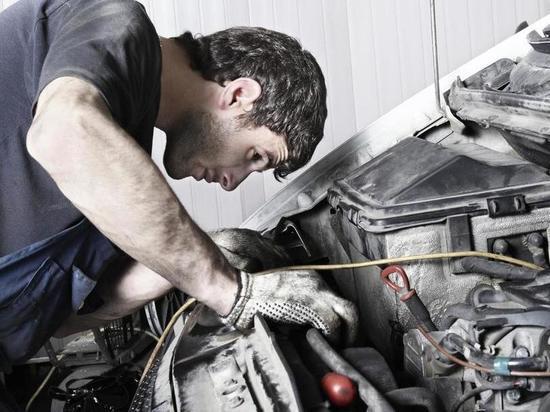 Водитель переломал позвоночник при ремонте грузовой машины