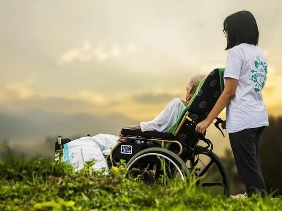 Пенсионный фонд рассказал, какую выплату можно получить по уходу за больным или престарелым