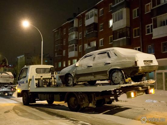Снегоуборщики в Кемерове просят убрать машины с обочин дорог