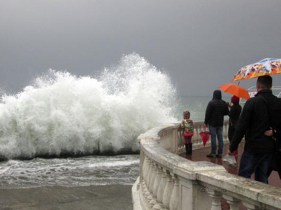 На Крым идет шторм: МЧС предупреждает об ураганном ветре и ливнях