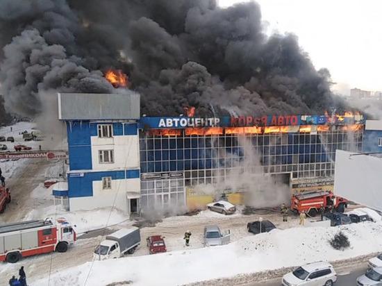 В Уфе горит автоцентр - пожар локализован на площади 1500 квадратных метров