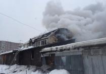 Новосибирские пожарные потушили пылающий коттедж