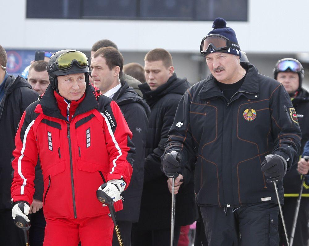 Сверхсекретные лыжи: Путин и Лукашенко уединились на канатке