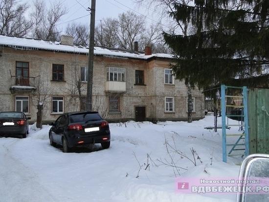 Козырек подъезда рухнул на супружескую пару в Тверской области