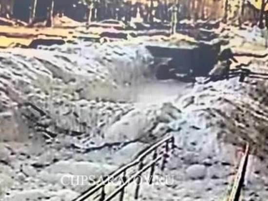 Чистивший снег в центре Саратова погрузчик насмерть сбил пенсионерку