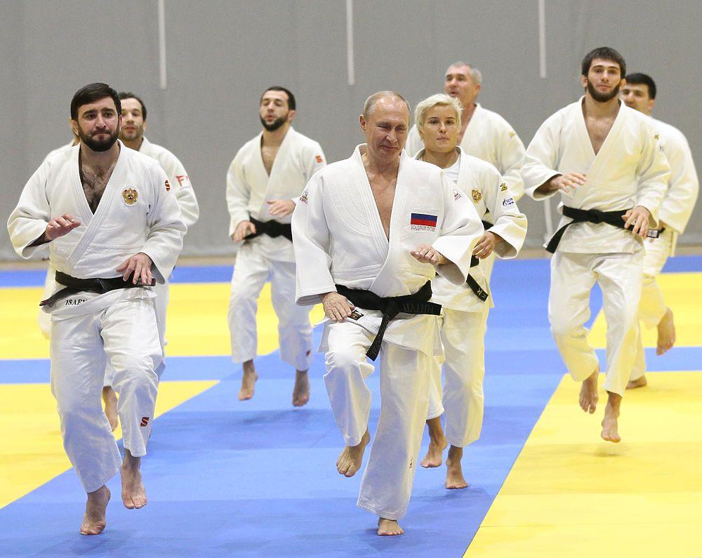 Позы и приемы Путина на тренировке по дзюдо порадовали зрителей