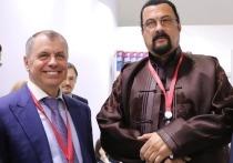Крымский спикер сделал фото со Стивеном Сигалом и позвал его в гости