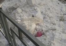 В центре Красноярска на улицы выкладывают белый снег