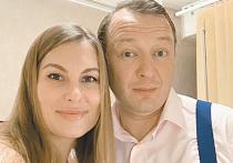 Сообщениями, которые говорят о разрыве семейных отношений, обменялись в Инстаграме актер Марат Башаров и его супруга Елизавета