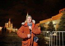 Воскресным вечером редкие посетители Красной площади смогли лицезреть прогуливающегося датского актера Маддса Миккельсона