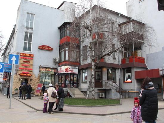 Дом на Красной, его подъезд и квартиру на вечер объединили в одно арт-пространство: Фоторепортаж