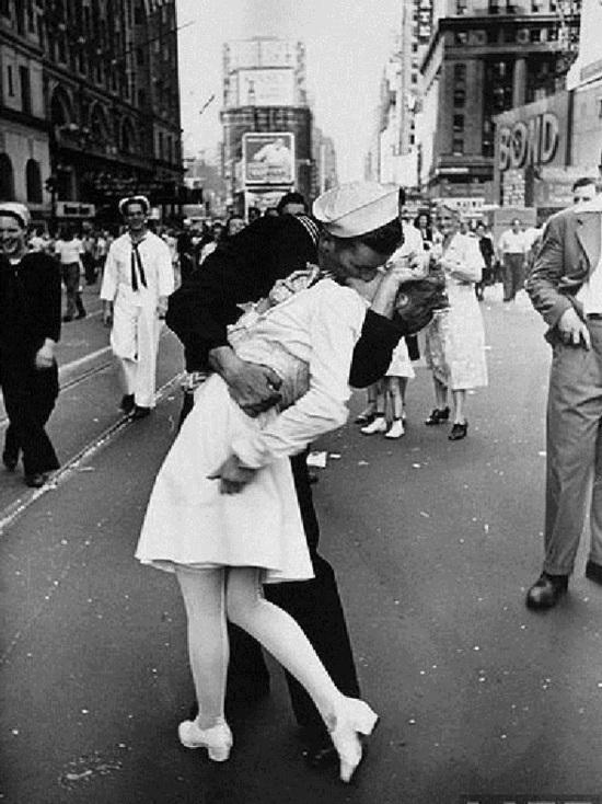 """Моряк с фотографии """"Поцелуй на Таймс-Сквер"""" скончался в США"""