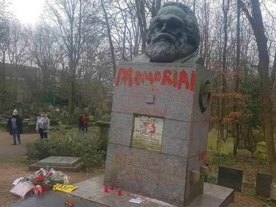 «Архитектор геноцида»: памятник Карлу Марксу в Лондоне измазали красной краской