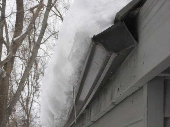 Чебоксарские сыщики заинтересовались случаями схода снега с крыш на людей