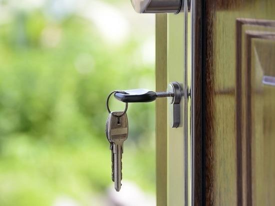 Мать-одиночка и четверо детей из Барнаула остались на улице из-за долга в 120 тысяч по ипотеке