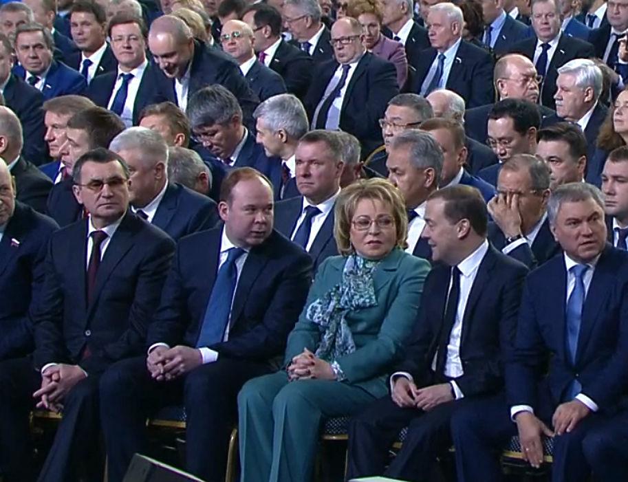 Лица Матвиенко, Медведева, Зюганова и других на послании президента