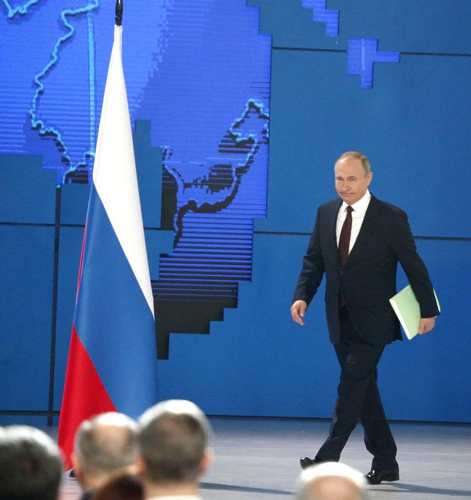 На послание к Федеральному собранию Путин пришел с зеленой папкой