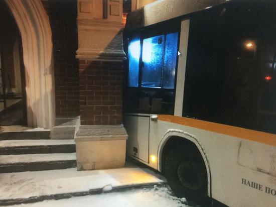 Автобус на полном ходу врезался в резиденцию президента в Барвихе