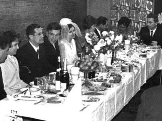 """В ресторане """"Северный"""" сохранилось меню свадебного застолья и счет оплаты 55-летней давности"""