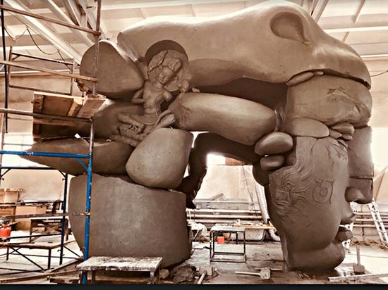 В Красноярск привезли уникальную гигантскую скульптуру из Бурятии