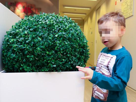 В Петербурге мальчику с ДЦП дали надбавку в 8 рублей, а потом забрали и ее