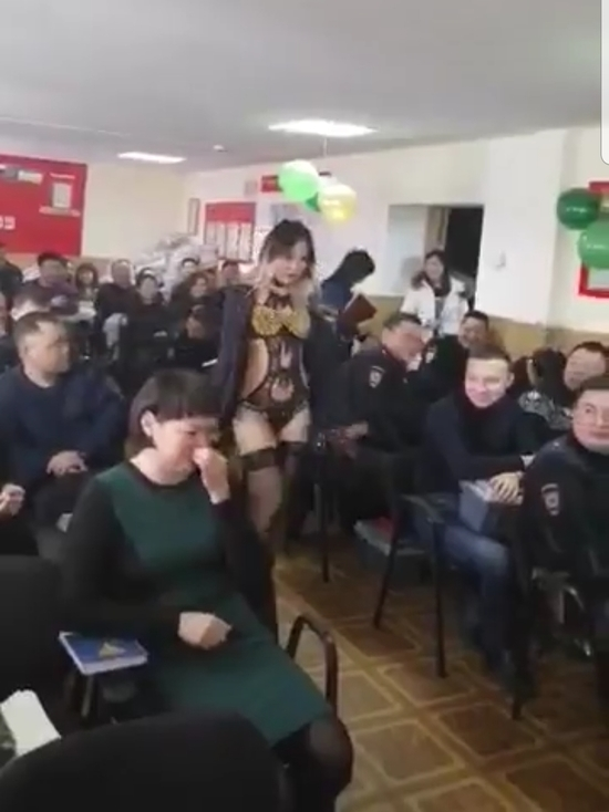 """Оживились, мальчики!"": Полицейским Улан-Удэ на 23 февраля подарили стриптизершу"