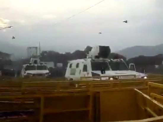 Трое военных Венесуэлы на броневиках сбежали в Колумбию