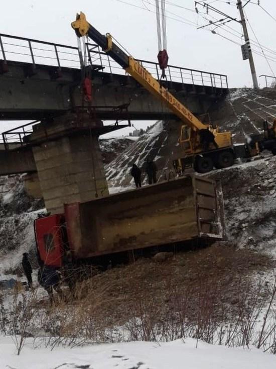 Грузовик с гравием перевернулся в обрыв в Тайшетском районе