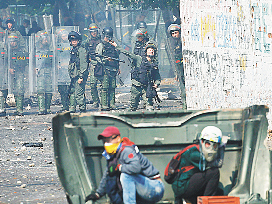 Армия Мадуро сожгла гуманитарную помощь для голодающих в Венесуэле