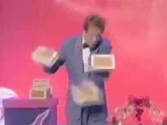 «Трёхрукий» жонглёр: интернет-пользователей поразила иллюзия из старого видео