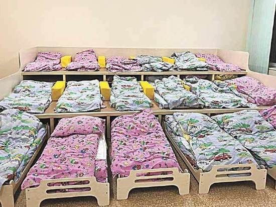 В детском саду кроватки заменили на