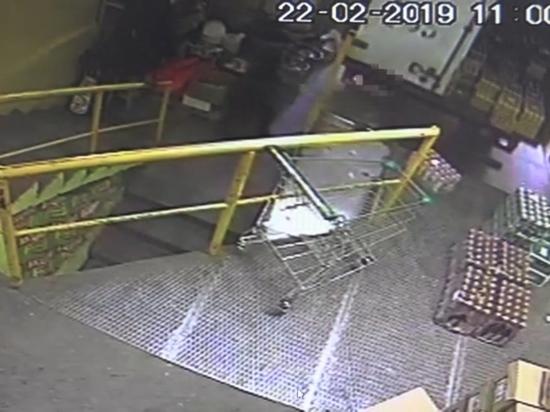В Улан-Удэ водитель грузовика случайно задавил грузчика в магазине