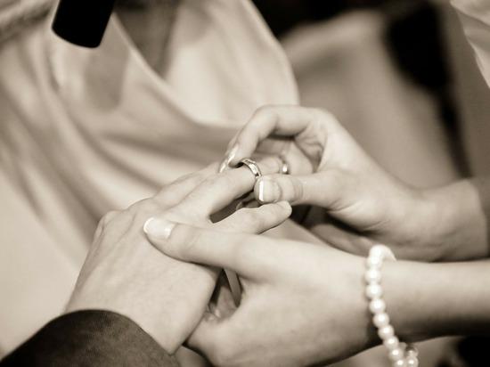 В Смоленской области стали меньше жениться и разводиться