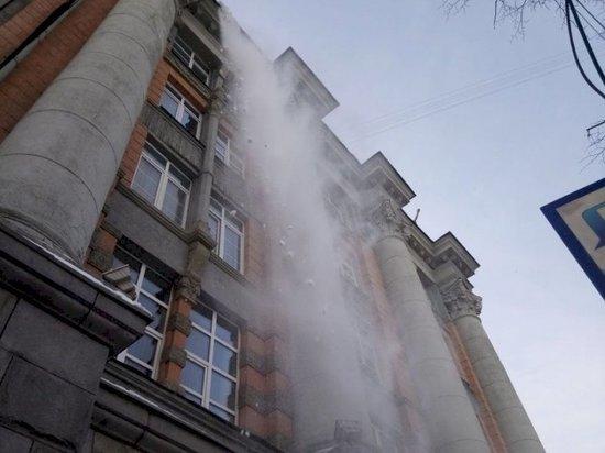 Пенсионерка получила травмы из-за падения ледяной глыбы со здания администрации Екатеринбурга