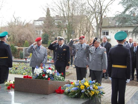 На кладбище в Дуйсдорфе возложили цветы к Обелиску советских воинов